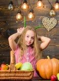 Het concept van het oogstfestival Het kindmeisje geniet het landbouwbedrijf van leven Het organische Tuinieren Jong geitjelandbou stock afbeelding