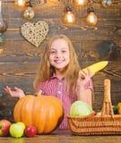 Het concept van het oogstfestival Het kindmeisje geniet het landbouwbedrijf van leven Het organische Tuinieren Kweek uw eigen nat royalty-vrije stock afbeeldingen