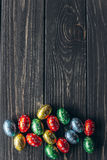 Het Concept van Pasen chocoladeeieren op een houten achtergrond Stock Afbeelding