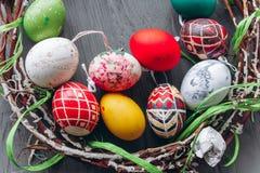 Het Concept van Pasen eieren en kroon op een houten achtergrond Stock Foto's