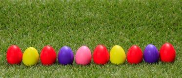 Het Concept van Pasen Kleurrijke eieren op groen gras, banner, exemplaarruimte royalty-vrije stock foto's