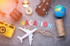 Het concept van vakantieideeën met headpho van de de cameraukelele van reismaterialen Royalty-vrije Stock Afbeelding