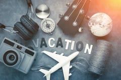 Het concept van vakantieideeën met headpho van de de cameraukelele van reismaterialen Stock Afbeeldingen