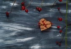 Het concept van Valentine ` s, houten harten op een blauwe en witte achtergrond, natuurlijke lichte, hoogste mening Stock Foto