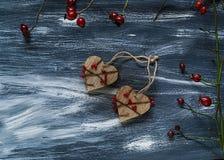 Het concept van Valentine ` s, twee houten harten op een blauwe en witte achtergrond, natuurlijke lichte, hoogste mening Royalty-vrije Stock Fotografie