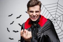 Het Concept van vampierhalloween - Portret van het Boze Kaukasische vampier gillen stock foto's