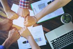 Het concept van het vergaderingsgroepswerk, Vriendschap, Groepsmensen met stapel handen die eenheid na succesvolle onderhandeling royalty-vrije stock foto