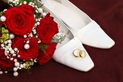 Het concept van Weddin met ringenbloemen en schoenen Royalty-vrije Stock Foto's