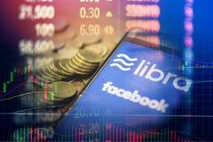 Het concept van het Weegschaalmuntstuk blockchain/Nieuwe die projectlibra een cryptocurrency door Facebook-de grafieken van de vo stock foto
