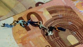 Het concept vertegenwoordiging van de economie die de arbeider doodt, spreidt en zwakke euro uit stock video