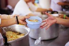 Het concept voedsel die Hulp delen lost Honger voor de daklozen op stock foto