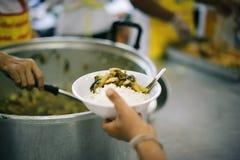 Het concept voedsel die Hulp delen lost Honger voor de daklozen op stock foto's