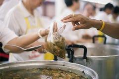 Het concept voedsel die Hulp delen lost Honger voor de daklozen op stock afbeelding
