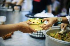 Het concept voedsel die Hulp delen lost Honger voor de daklozen op stock fotografie