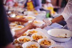 Het concept voedsel die Hulp delen lost Honger voor de daklozen op royalty-vrije stock afbeeldingen