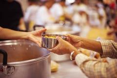 Het concept voedsel die Hulp delen lost Honger voor de daklozen op royalty-vrije stock foto