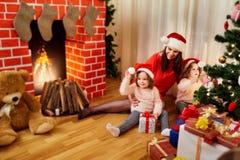 Het concept Vrolijke Kerstmis, Nieuwjaar met zijn familie moeder Royalty-vrije Stock Afbeelding
