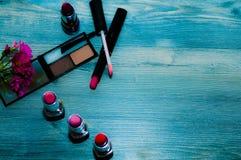 Het concept vrouwen` s schoonheid reeks voor make-up op een blauwe achtergrond stock afbeeldingen