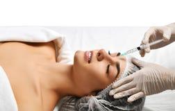 Het concepten dienen het jonge donkerbruine vrouw van de plastische chirurgieschoonheid gezicht en de arts handschoen met spuit i Royalty-vrije Stock Fotografie