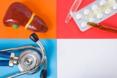 Het concepten foto-orgaan van het medische of gezondheidszorgontwerp lever, kenmerkende medische hulpmiddelstethoscoop en medicij stock afbeelding