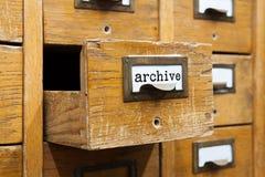 Het conceptenfoto van het archiefsysteem Geopende doosopslag, archiefkastbinnenland houten vakjes met systeemkaarten bibliotheek Royalty-vrije Stock Afbeeldingen
