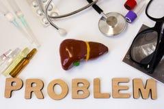 Het conceptenfoto van leverproblemen 3D cijfer van lever en gallbladder is dichtbij woordprobleem en reeks medische apparatuur en Stock Fotografie