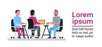 Het Conceptengroep van het Coworkingscentrum Creatieve Mensen die met Computers bij Bedrijfsmedewerkersruimte samenwerken stock illustratie