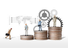 Het conceptenidee van het bedrijfsmensen miniatuurcijfer aan succes Stock Afbeelding