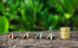 Het conceptenmuntstukken van de geldgroei in grond Royalty-vrije Stock Foto