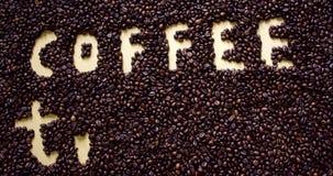Het conceptentekst van de koffietijd Koffiebonen en kop met espresso stock video
