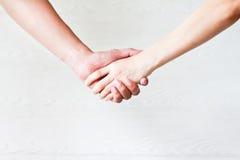 Het conceptenverhoudingen van de vrouwenhanddruk Stock Foto