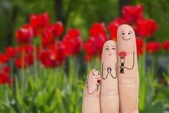 Het conceptuele art. van de familievinger De vader en de dochter geven bloemen zijn moeder Het beeld van de voorraad Royalty-vrije Stock Afbeelding