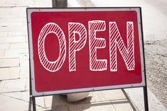 Het conceptuele hand het schrijven de inspiratie van de teksttitel Open tonen Bedrijfsconcept voor winkel Openen geschreven op aa stock foto