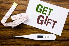 Het conceptuele hand het schrijven teksttitel tonen krijgt Gift Bedrijfsconcept voor Vrije die Shoping-Coupon op kleverig notadoc royalty-vrije stock foto