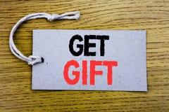 Het conceptuele hand het schrijven teksttitel tonen krijgt Gift Bedrijfsconcept voor Vrije die Shoping-Coupon op prijskaartjedocu stock fotografie
