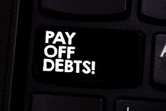 Het conceptuele hand het schrijven tonen betaalt Schulden De Betaling van de bedrijfsfototekst voor ding u heeft in de Investerin stock fotografie