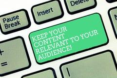 Het conceptuele hand het schrijven tonen houdt Uw Inhoud voor Uw Publiek Relevant Bedrijfsfototekst Goede marketing stock afbeeldingen