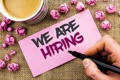 Het conceptuele hand het schrijven tonen huren wij Het Talent die van de bedrijfsfototekst de Rekruteringswri jagen van Job Posit stock fotografie