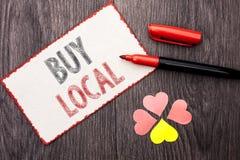 Het conceptuele hand het schrijven tonen koopt Lokaal Bedrijfsfototekst het Kopen de Aankoop winkelt plaatselijk de Detailhandela royalty-vrije stock foto