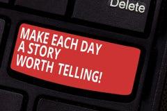 Het conceptuele hand het schrijven tonen maakt tot Elke Dag een Verhaal Waard het Vertellen De bedrijfsfototekst probeert om insp stock afbeelding