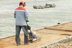 Het concrete arbeiderswerk met pers Royalty-vrije Stock Foto