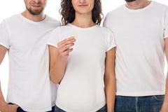 Het condoom van de vrouwenholding met mannen aan kanten stock foto