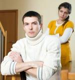 Het conflict van de familie Droevige gewone man die aan vrouw luisteren stock foto's