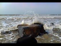 Het conflict van het ochtendzeewater bij kust Royalty-vrije Stock Foto