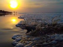 het conflict van het ochtendzeewater met steen Royalty-vrije Stock Foto's