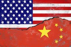 Het conflictconcept van de V.S. en van China De vlaggen van de V.S. en China schilderden op gebarsten muur royalty-vrije stock afbeeldingen