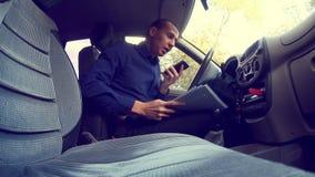 Het conflictmanager van de zakenmanmens in auto het spreken stock videobeelden