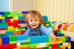Het construeren met stuk speelgoed blokken is pret Royalty-vrije Stock Foto