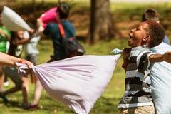 Het Contact van jong geitjezijsprongen bij Dag van de het Hoofdkussenstrijd van Atlanta de Internationale Stock Afbeeldingen