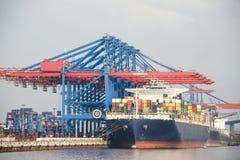Het containerschip in haven wordt geladen royalty-vrije stock afbeeldingen